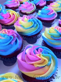*Cupcake Arco íris Massa Pão-de-ló branca Recheio: Suflê de baunilha Cobertura: chantilly colorido