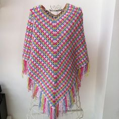 Crochet poncho, with a link to the pattern Poncho Au Crochet, Pull Crochet, Crochet Poncho Patterns, Crochet Jacket, Crochet Scarves, Crochet Yarn, Crochet Clothes, Crochet Stitches, Knit Crochet