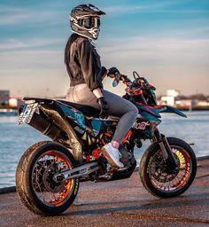Ktm Dirt Bikes, Cool Dirt Bikes, Dirt Bike Gear, Fille Et Dirt Bike, Biker Photography, Motocross Girls, Ducati Hypermotard, Stunt Bike, Bike Pic