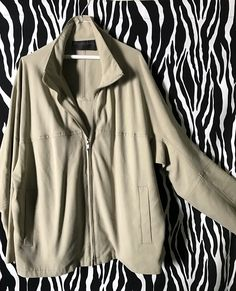 Casual and stylish DKNY Jacket with kimono-like sleeves, side pockets and brushed steel zipper. The windbreaker is vintage in LIKE-NEW Vintage Designer Clothing, Out Of The Closet, 2 Way, Vintage Designs, Vintage Outfits, Windbreaker, Kimono, Zipper, Blazer