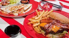"""Máme tu zlatavá kuřecí křidélka obalená v pikantní omáčce, hamburger s čerstvým ledovým salátem a křupavou slaninkou, neskutečné cibulové kroužky a k tomu bezedný šálek plný rad a tipů na přípravu. Pochutnejte si i vy na našem """"americkém"""" menu!"""
