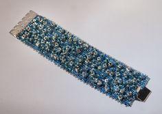 bracciale color petrolio con cubi color argento e perline di diverse dimensioni