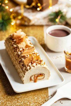 Voici ma bûche 2020, une bûche à la mousse de caramel avec une crêpe garnie de pommes et sauce caramel cachée dans la mousse. Un visuel qui fait son effet et qui est très facile à faire. Mousse Caramel, Sauce Caramel, Aubergine Parmesan, Bearnaise Sauce, Individual Cakes, Crumpets, Le Diner, Mets, Let Them Eat Cake