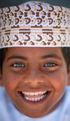 Blue eyed kid in Masirah Island , Oman © Eric Lafforgue Kids Around The World, We Are The World, People Of The World, Around The Worlds, Beautiful Smile, Beautiful Children, Beautiful World, Beautiful People, Gorgeous Eyes