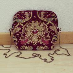 #mala #feixo #ornamentos #personalizar #bag #zipper #ornaments #personalized #bordeaux #mustard Bordeaux, Saddle Bags, Handmade, Crafts, Instagram, Fashion, Moda, Hand Made, Manualidades