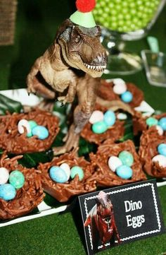 Backidee für die nächste Dino-Party >> T-Rex Dinosaur themed birthday party with So Many Awesome Ideas via Kara's Party Ideas! Full of decorating ideas, cupcakes, decor, recipes, .