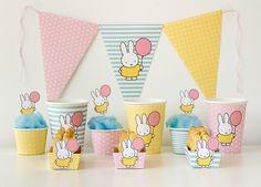 Une table remplie de jolies décorations en papier avec le lapin Miffy