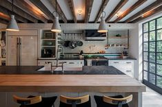 Industrial kitchen in the New York Townhouse with a modern appeal - Decoist Greenwich Village, Appartement New York, New York Townhouse, Home Nyc, Modern Mansion, Cuisines Design, Kitchen Styling, Kitchen Interior, Home Office