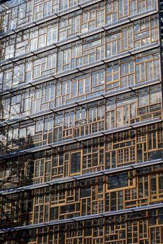 Voici le futur siège de l'Union Européenne. A l'horizon 2015, l'architecte Philippe Samyn a imaginé une façade composée de vieilles fenêtres en chêne collectées dans chacun des États membres. «L'exposition montre que le réemploi ce n'est pas que du bricolage, mais que des projets à grande échelle se montent comme pour le siège de l'Union Européenne», précise Nicola Delon.