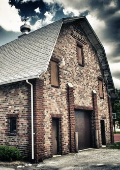 Brick Barn……..THAT AIN'T NO BARN, MATHILDA……..THAT'S OUR HOUSE…..OUR BARN IS THE VERY NEXT PICTURE--(SEE THE DIFFERENCE??)…….ccp