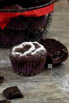 Kolejna propozycja walentynkowa to bardzo czekoladowe muffinki z dodatkiem puree z buraka. Muszę się przyznać, że do tego przepisu takż...