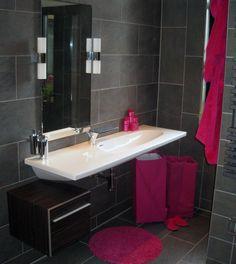 Thebalux badkamer meubel van muur tot muur met maatwerk spiegel inbouw kranen zijn van de - Leisteen muur ...