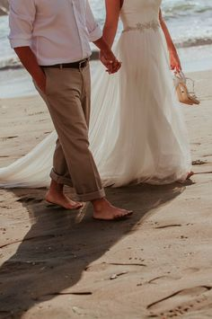Claves para un matrimonio entre la arena y el mar.    #Matrimoniocompe #Organizaciondebodas #Matrimonio #Novios #TipsNupciales #CaminoAlAltar #MatriPeru #BodaPeru #BodaFrenteAlMar #BodaEnLaPlaya Arco Floral, Khaki Pants, Wedding, Fashion, Wedding Card, Waterfront Wedding, Beach Weddings, Valentines Day Weddings, Moda