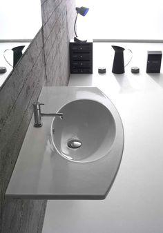 Ceramica Globo Lavabo della serie 4All per installazione sospesa realizzato in ceramica bianca. Il modello è caratterizzato da un piano d'appoggio di larghezza 100 cm con ampio bacino ovale integrato. La serie comprende lavabi in differenti misure anche per installazione su mobili appartenenti alla stessa collezione disponibili in numerose finiture e tonalità.