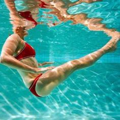 Pool Workout-want to lose weight without breaking a sweat? Hop in the pool! This fun water workout burns mega calories and tones every trouble spot. Pool Workout-want to lose weight… Swimming Pool Exercises, Pool Workout, Swimming Pools, Weekend Workout, Fitness Diet, Health Fitness, Water Aerobics, Different Exercises, Yoga
