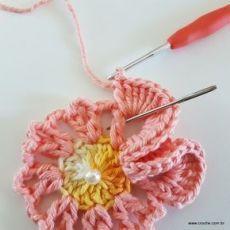 Neste passo a passo vamos aprender a confeccionar a FLOR REAL, uma belíssima cr. Crochet Bouquet, Crochet Puff Flower, Crochet Flower Tutorial, Crochet Leaves, Knitted Flowers, Crochet Flower Patterns, Crochet Stitches Patterns, Freeform Crochet, Irish Crochet