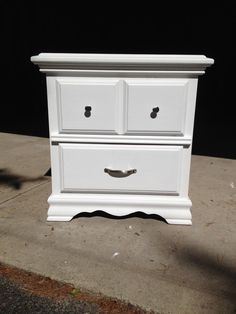 @AnnieSloanPaint Pure White Traditional Nightstand #etsy #vintage #paintedfurniture #diy #hgtv #homedecor #chicagoil
