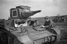 War correspondent Ross Munro of the Canadian Press and Lieutenant George Noble examining a General Lee tank, England, 27 March 1942. Photographer Capt. Laurie A. Audrain. LAC negative PA-208970, MIKAN 3590671