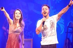 """Sandy & Junior juntos novamente; cantor invade palco da irmã pra cantar """"A Lenda"""""""