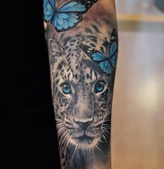 Leopard and butterfly tattoo Bild Tattoos, Dope Tattoos, Pretty Tattoos, Leg Tattoos, Beautiful Tattoos, Body Art Tattoos, Tatoos, Leopard Tattoos, Animal Tattoos