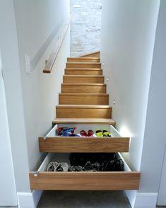 couloir-déco-tapis-gris-meuble-chaussure-sous-escalier-design-intérieur-murs-briques-blanches-éclairage-led