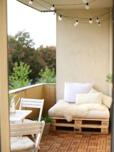 Vlonders en een palletbank geven een moderne uitstraling aan je balkon! Klik op de bron om een artikel met 9 leuke tips voor het inrichten van je balkon te lezen.