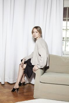 This Minimalist Holiday Party Outfit — Elin Kling In a Beige Sweater, Black Satin Silk Midi Skirt, and Black Mule Heels Elin Kling, Minimal Chic, Minimal Fashion, Black Mules Heels, Satin Midi Skirt, Silk Dress, Holiday Party Outfit, Vide Dressing, Slip Skirts
