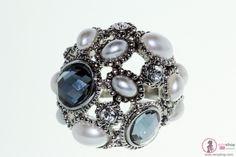 Fruto de una delicada elaboración artesanal, incorpora una variedad de cristales en color gris Oxford sobre metal. Perfecto para añadir glamour a cualquier look para el tiempo libre combinado con Crystal Pearls.