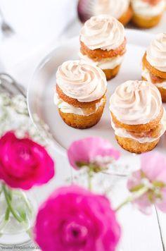 Cupcakes mit Baiserhaube und  feinem Rhabarberkompott von den [Foodistas] - Cupcakes with baiser and rhubarb - http://foodistas.de/