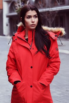 Bring out your inner explorer this winter in the women's Expedition Smart Parka 1.0 winter jacket.