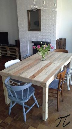Table en palette DIY pour la salle à manger http://www.homelisty.com/table-en-palette/