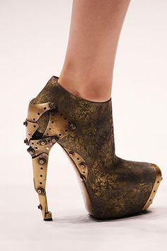 Alexander McQueen also incorporated the Steampunk genre design on his shoes, a mechanised heels using brass and rustic colour in It di. Steampunk Shoes, Steampunk Fashion, Steampunk Couture, Steampunk Clothing, Alexander Mcqueen Zapatos, Crazy Shoes, Me Too Shoes, Funky Shoes, Weird Shoes