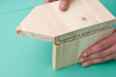 This diy step by step article is about how to build a bird house. Building bird houses out of wood is easy if you use the right decorative free plans and proper tools. Wooden Bird Houses, Bird Houses Diy, Wood Pallet Signs, Wood Pallets, Diy Home Decor Projects, Diy Projects To Try, Building Bird Houses, Bird House Plans Free, Woodworking Projects For Kids
