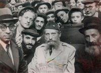 """מחנה עקורים בלודז' פולין, הרב אליעזר סילבר שהגיע מארה""""ב לעודד את הניצולים"""