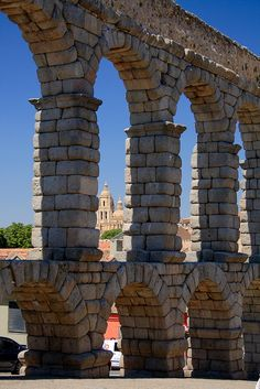 Segovia, Acueducto y catedral. Seriously cool seeing roman structures still around. #beenthere