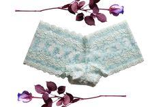 Die Juli Panty ist super schnell und einfach gemacht und bestens für Anfängerinnen geeignet. Im Schnittmuster sind die Größen XS bis 3 XL enthalten. Da die Panty mit nur 2 Materialien auskommt, kannst du vielleicht jetzt gleich schon loslegen und dir deine individuelle selbstgemachte Panty zaubern.