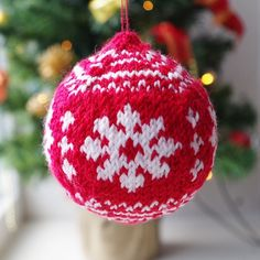 Knit Christmas bauble pattern from PatternDuchess advent calendar day 16