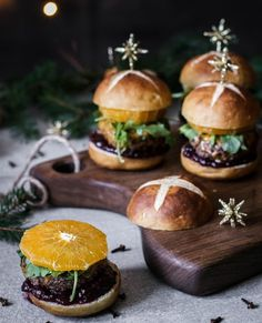 All the amazing tastes of Christmas in one mulled wine Christmas cheeseburger. Who says Christmas should be celebrated with a roast? Mini Burgers, Wine Sauce, Christmas Wine, Mulled Wine, Tapas, Hamburger, Meal Planning, Main Dishes, Food Photography