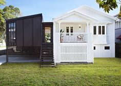 The Design Files Daily -Â A Cleverly Updated Queenslander Queenslander House, Weatherboard House, Architecture Résidentielle, Australian Architecture, Bauhaus, Cabana, Casa Patio, The Design Files, House Extensions
