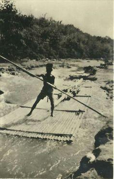 Een inlander op weg met zijn bamboo naar Batavia 1944-1945.