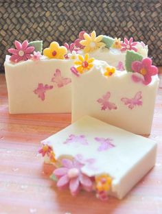 What a sweet soap. My granddaughter would love this. What a sweet soap. My granddaughter would love Diy Beauté, Savon Soap, Homemade Soap Recipes, Soap Packaging, Packaging Ideas, Bath Soap, Soap Shop, Soap Molds, Cold Process Soap