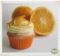 Cupcakes de naranja rellenos de mermelada de naranja y con glaseado de naranja y buttercream de chocolate blanco.