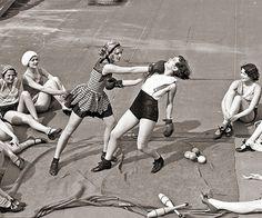 Women boxing on a roof, 1938 Kick Boxing, Vintage Photographs, Vintage Photos, Boxe Fight, Jiu Jitsu, Catfight Wrestling, Female Boxers, Women Boxing, Tough Girl