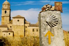 El Camino de Santiago cruza por Castilla y León. La ruta más popular viaja horizontalmente desde el este al oeste. Empieza en Burgos, continua a Palencia, y por último, León.