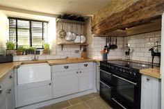 Cute country cottage kitchen country homes and manor for Perfect kitchens chipping norton