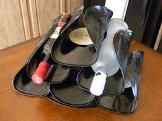 Un portabotellas formado con discos de vinilo doblados y más.
