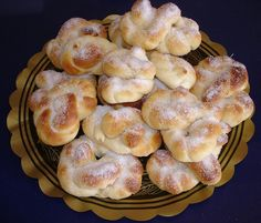 Esta receta es de una excelente cocinera sueca llamada Atina. El nombre en Sueco es Sockerkringla. Socker = azucar y kringla es la forma que tiene. Ingredientes: 25 grs. levadura prensada 125 grs. mantequilla o margarina 200 ml. leche 85 grs. azucar 1 cda. azucar vainillada 2 huevos 550 gr. de harina mantequilla deterrida para …
