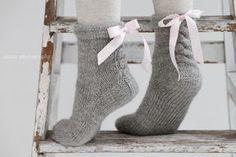 anana: Ribbonz eli hupparisukat satiininauhoilla [ohje] Knitting For Kids, Easy Knitting, Knitting Projects, Knitting Socks, Crochet Slippers, Knit Or Crochet, Woolen Socks, Embroidery Hearts, Sock Toys