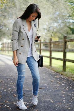 Breathtaking 51 Trendy Business Casual Work Outfit for Women Blazer Jeans, Look Blazer, Outfit Jeans, Blazer Outfits, Jeans And Sneakers Outfit, Chucks Outfit, Sneaker Outfits Women, Casual Work Outfits, Mode Outfits