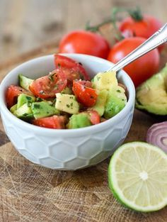 Frischer Tomaten-Avocado-Salat fresh tomato avocado salad with only four ingredients, made lightning fast. Vegan and low in calories Raw Food Recipes, Salad Recipes, Healthy Recipes, Healthy Salads, Healthy Eating, Best Avocado Recipes, Relleno, Superfood, Fresco